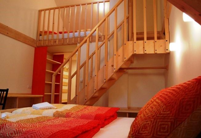 Oranžový pokoj se nachází v 1 patře budovy.