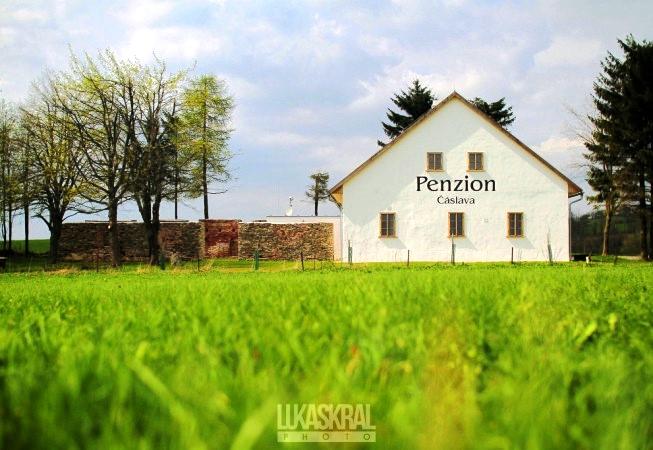 Nově zrekonstruovaný Penzion Čáslava se nachází uprostřed krásné přírody Českomoravské vrchoviny 300 m jižně od obce Rokytno, 5 km od Nového Města na Moravě.