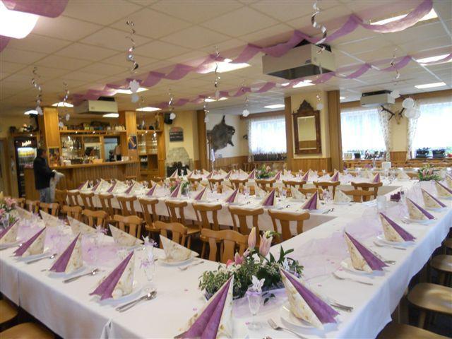 Díky salónku a venkovní terase se restaurace skvěle hodí i pro větší firemní akce či oslavy.