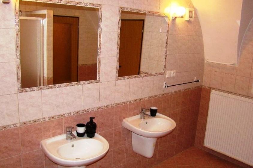 Lovecký apartmán má vlastní sociální zařízení se sprchovým koutem a vanou.