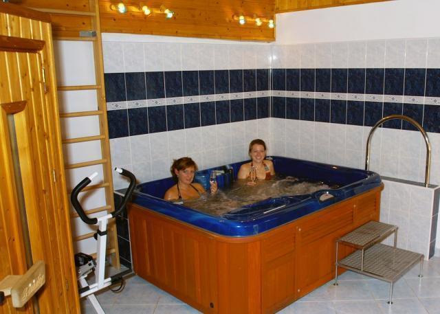 Během dne můžete využít saunu nebo masážní bazén - Whirpool. Foto Penzion Oáza