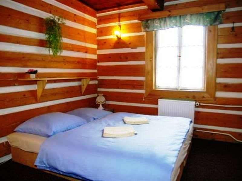 Nabízíme vám 17 stylových roubených pokojů s vlastním sociálním zařízením s možností zapůjčení dětských postýlek.