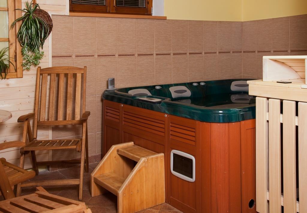 Během svého pobytu můžete relaxovat v sauně či vířivé vaně nebo využít masáží. Foto Penzion U Černého čápa