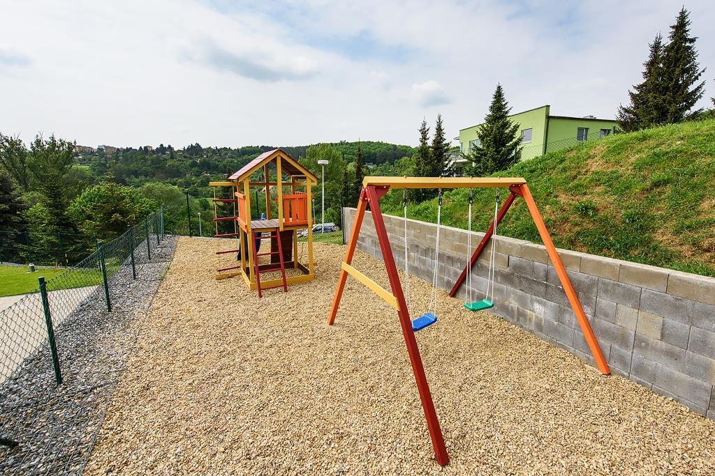 V letních měsících je také možnost využít vstupu k venkovní nádrži se slanou vodou s opalovací travnatou plochou, klidovou zónou a dětským hřištěm.