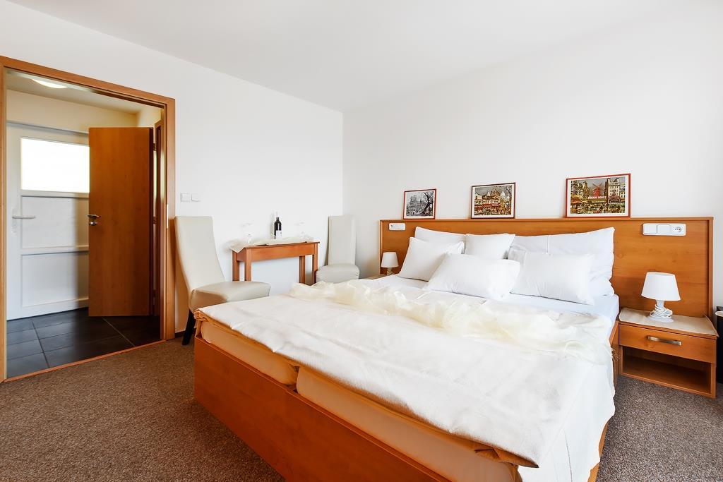 Všechny pokoje jsou stylově vybaveny, mají vlastní sociální zařízení, barevnou televizi a wi-fi připojení zdarma.