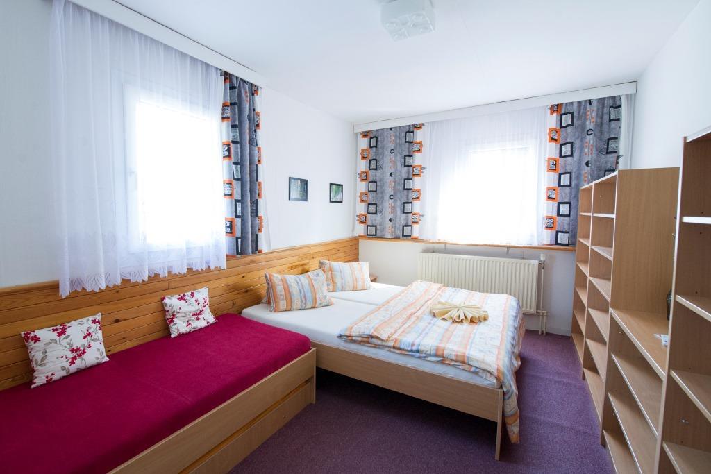 Nabízíme pohodlné ubytování ve 4 kategoriích - apartmány, hotelové pokoje, hotelové pokoje s kuchyňkou a rodinný penzion. Vhodný je tedy pro jednotlivce, páry, rodiny s dětmi, firmy, školy i lyžařské výcviky.