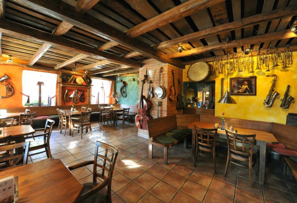 Restaurace vaří denně, nabízí hotovky, minutky, saláty, ryby, zvěřinu, pokrmy z regionálních surovin a vegetariánská jídla.