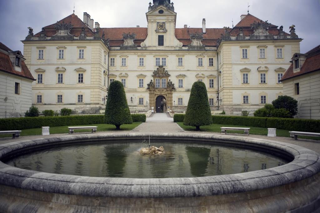 Dominantou Valtic je barokní zámek s kaplí, foto Hotel Salety