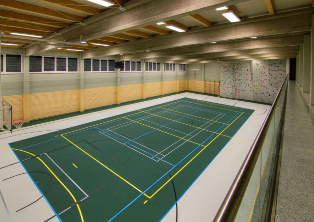 Sportovní hala je víceúčelová, můžete si zde zahrát tenis, badminton, squash, florbal, futsal, basket, nebo se vyšplhat po horolezecké stěně až do výšky 7 metrů.