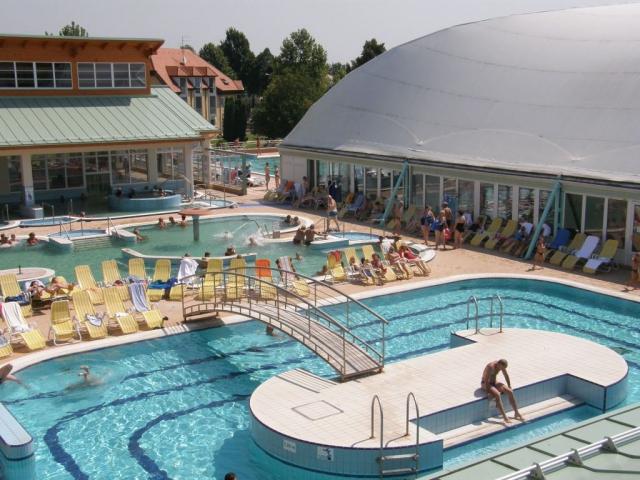 Thermal Hotel Mosonmagyaróvár*** Superior se nachází přímo u termálních lázní Bio-Flexum v centru malebného města Mosonmagyaróvár.