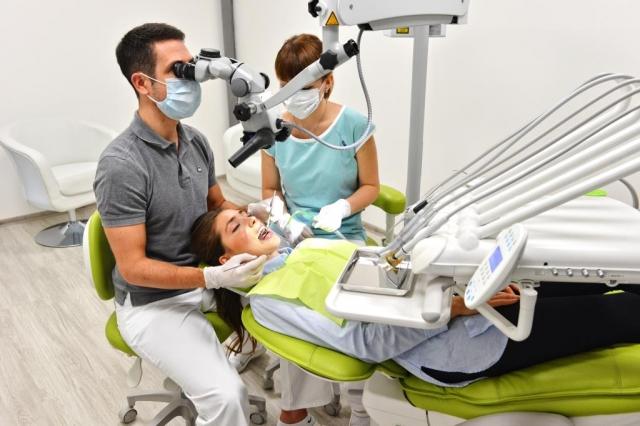Součástí vstupní prohlídky je i kontrola všech zubních výplní dentálním mikroskopem, to umožní včasné odhalení počínajících kazů a prasklin v jejich okolí, foto TopDentClinic