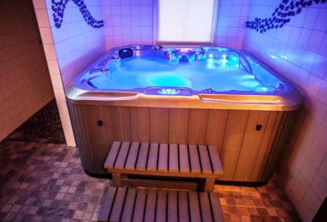 V přízemí se nachází soc. zařízení s prostorným sprchovým koutem, saunou pro 4 osoby, masážním SPA pro 5 osob a se samostatným WC. Vířivku přes den krásně využijí děti, večer pro dospělé odpočinek a relax.