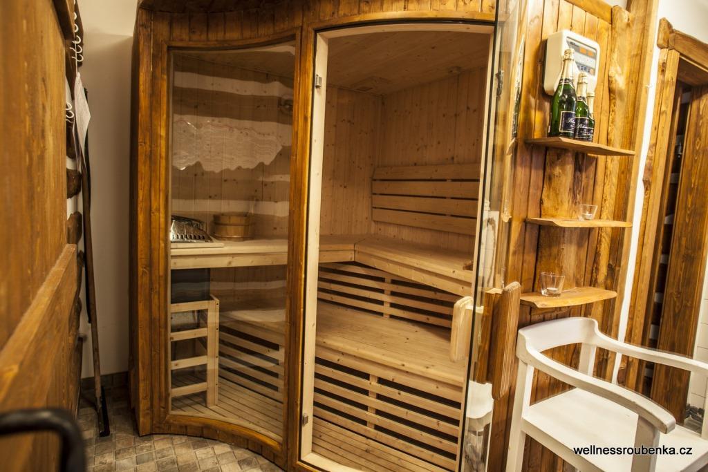 Wellness Roubenka s moderní koupelnou se sprchovým koutem, saunou, vířivkou pro 5 osob a samostatným WC.