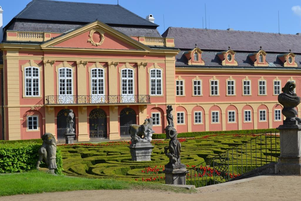 Krása historických interiérů, unikátní francouzský park, možnost ubytování ve ****hotelu či příjemné posezení ve stylové restauraci a snadná dostupnost přímo vybízí k návštěvě zámku Dobříš.