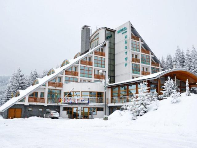 Luxusní čtyřhvězdičkový horský hotel Nástup nacházející se přímo v centru Skiareálu Klínovec  a s jedinečnou atmosférou poskytuje cenově dostupný a zá