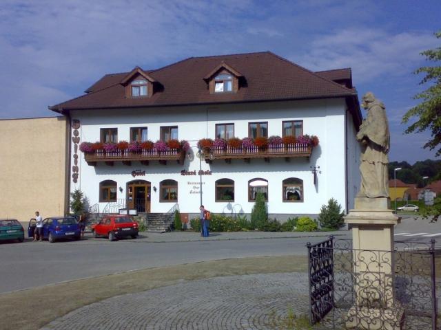 Hotel Stará Škola se nachází v městečku Sloup, které je severní vstupní branou do chráněné krajinné oblasti Moravský kras. Tříhvězdičkový hotel Stará