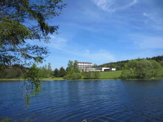 Hotel Skalský dvůr je situován v malebném zákoutí Českomoravské vysočiny, ekologicky nejčistší oblasti ČR, v těsné blízkosti Nového Města na Moravě. F