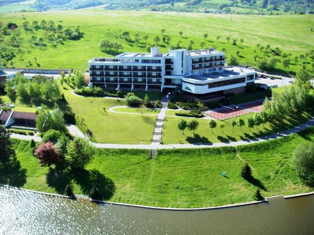 Hotel Adamantino se nachází v obci Pozlovice v těsné blízkosti Luhačovické přehrady. Foto hotel Adamantino
