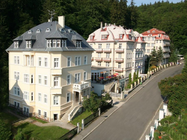 Lázně Mánes Karlovy Vary se nacházejí v poklidné části lázeňské zóny u lesa.