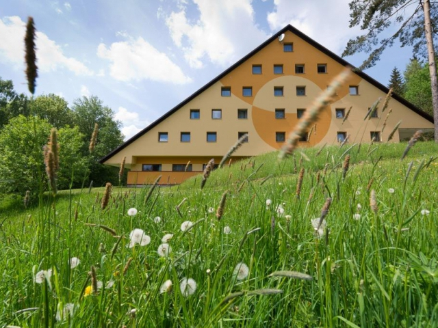 Hotel Svratka je nově zrekonstruovaný hotel s kapacitou 93 lůžek, hotelové bungalovy s kapacitou 60 lůžek.