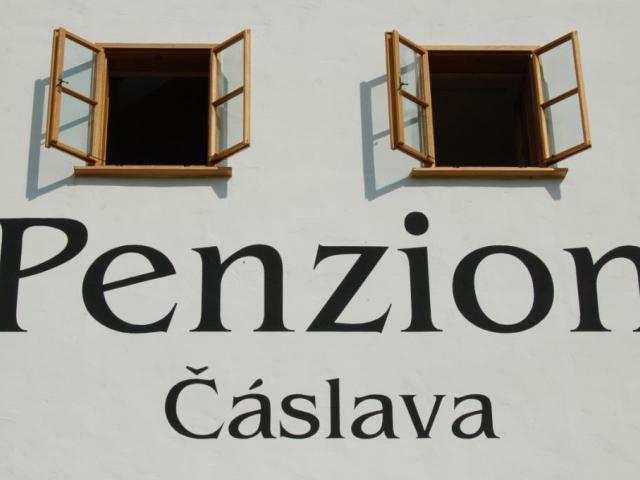 Penzion Čáslava nabízí luxusní ubytování v zrekonstruovaném památkově chráněném objektu 300 m od obce Rokytno, v nadmořské výšce 740 m.