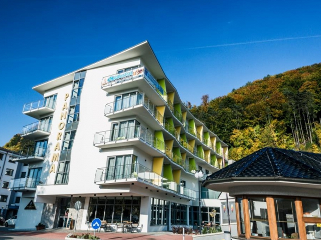 Nově otevřený čtyřhvězdičkový Wellness & Spa hotel Panorama je situován pouze 200 metrů od termálních lázní Kúpele Trenčianske Teplice.
