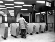 Mezi novinkami, jejichž používání se Pražané museli naučit, byly turnikety, foto archiv DPP