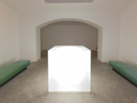 Václav Cigler, Michal Motyčka, Světelná krychle, tabulové sklo, světelné zdroje, řídící jednotka, kov, 2012. Foto © Galerie hlavního města Prahy