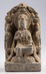 Kamenná stéla s bódhisattvou Kuan-jin. Nápis na stéle ji datuje do roku devátého dne, třetího měsíce roku 553 n. l. do doby dynastie Severní Čchi (550–577).