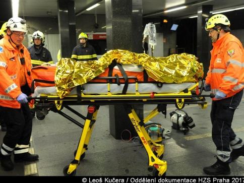 Hasiči vyprostili zaklíněnou ženu pod soupravou metra. Foto Leoš Kučera, dokumentace HZS Praha