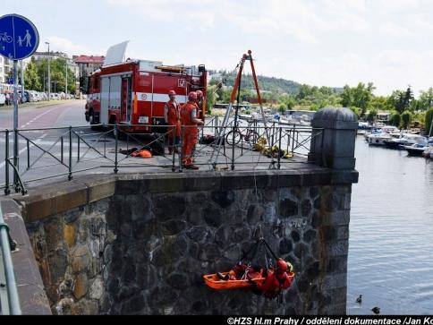 Lezci pražských hasičů cvičili záchranu z vodní hladiny, foto Jan Kostík