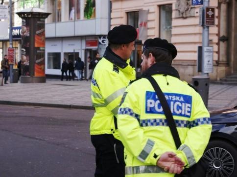 Agresivní muž napadal strážníky, ilustrační foto Praha Press