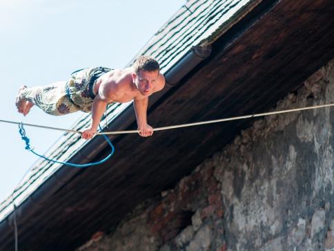 Nejlepší provazochodci a Slacklinový festival na hradě Kost