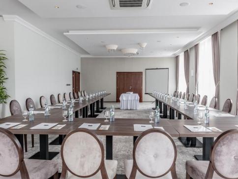. Samozřejmostí je možnost pronajmutí kongresových prostor pro uskutečnění konferencí, školení, prezentací, workshopů a pracovních porad.