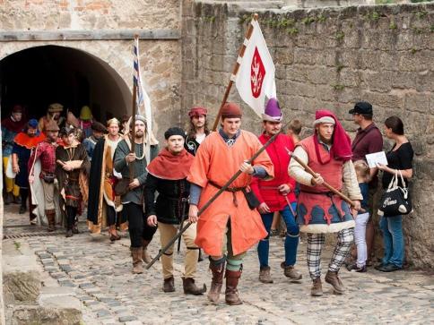 Na milovníky gotiky čekají Historické slavnosti na hradě Kost