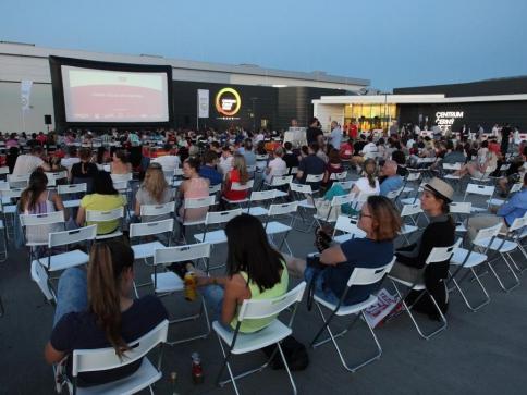 Celý srpen promítá letní kino na střeše Centra Černý Most. Foto Centrum Černý Most