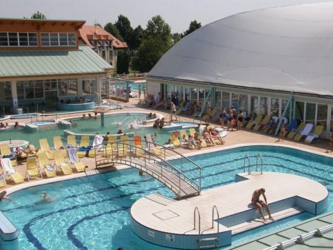 Hosté lázeňského hotelu Thermal mohou využít celkem osm bazénů.