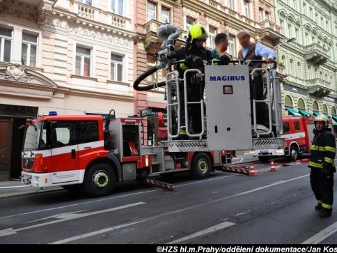V činžovním domě na Praze 2 hasiči zachránili čtyři osoby. Foto Jan Kostík