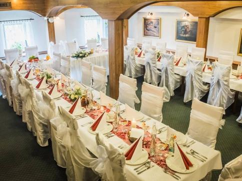 Golemův restaurant je oblíbený pro svůj příjemný a současně reprezentativní interiér, milou obsluhou, honosnými rauty a oslavami.