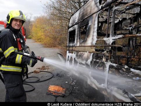 Požár karavanu na Praze 10 likvidovali hasiči ze Strašnic, foto Leoš Kučera