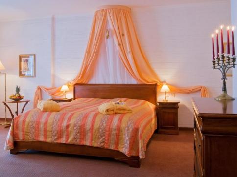 Útulné pokoje jsou vybavené vanou nebo sprchou, WC, vysoušečem vlasů, rádiem, telefonem, satelitní TV a rovněž Wi-Fi.