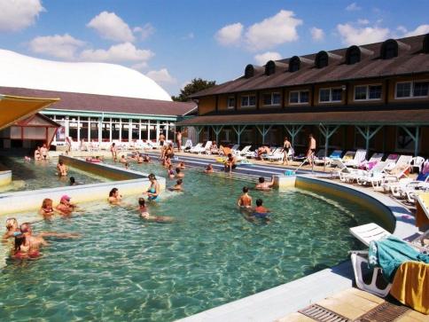 Hosté lázeňského hotelu Thermal mohou využít celkem osm bazénů