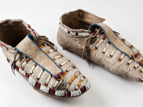 Mokasíny zdobené výšivkou z barvených urzoních ostnů a korálků, Dakotové (Minnesota). Foto Národní muzeum