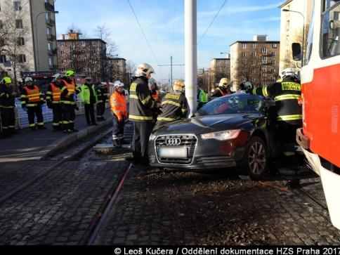 Hasiči zasahovali u střetu tramvaje a osobního vozidla, foto: Leoš Kučera