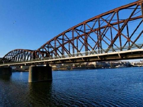 Lávka pro pěší na železničním mostě na Výtoni bude uzavřena. Foto: http://virtualni.praha.eu