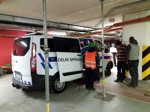 Celníci obklíčili budovu a začali odchytávat nelegální pracovníky, foto Celní úřad pro hl. m. Prahu
