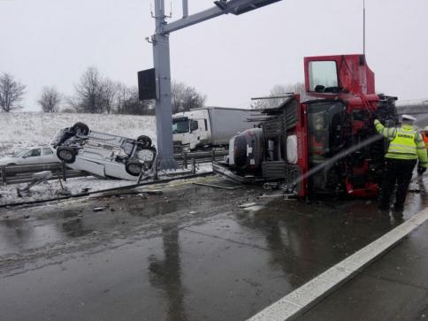 Na Pražském okruhu se převrátil kamion převážející osobní vozidla, foto: HZS Praha