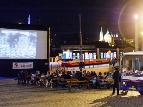Kinobus DPP opět vyjíždí do pražských ulic. Foto DPP, Petr Hejna