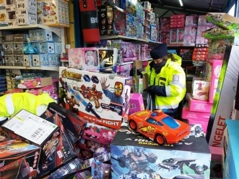 Tisíce kusů padělaných hraček zajistili celníci na Sapě, foto: Celní úřad pro hl. m. Prahu