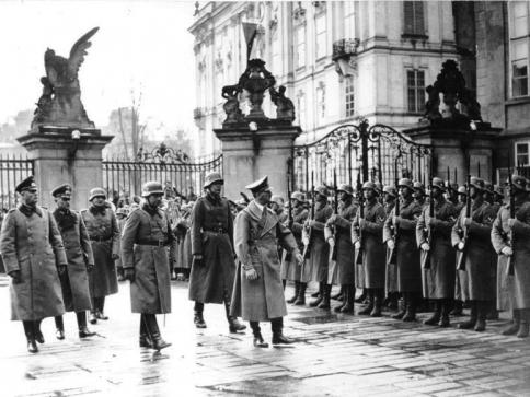 Foto: Adolf Hitler na Pražském hradě, 15. 3. 1939, Bundesarchiv, Bild 183-2004-1202-505 / CC-BY-SA 3.0